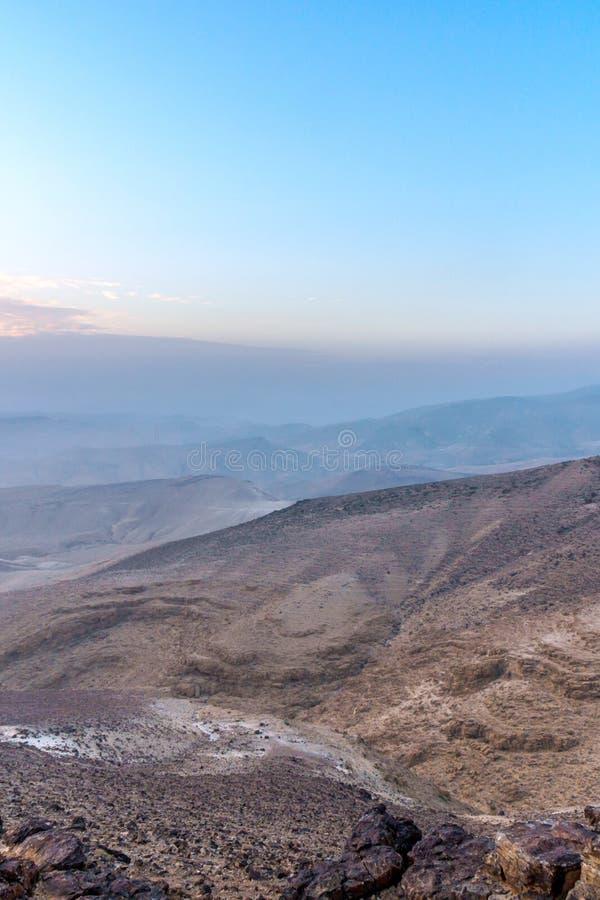 Lever de soleil magique de matin de photo verticale et belle lumière du soleil au-dessus de désert du Néguev judean en Israël photo libre de droits