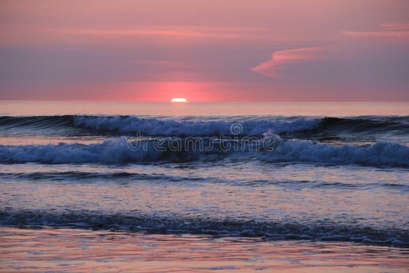 Lever de soleil magnifique au-dessus de l'horizon de bord de la mer photos libres de droits