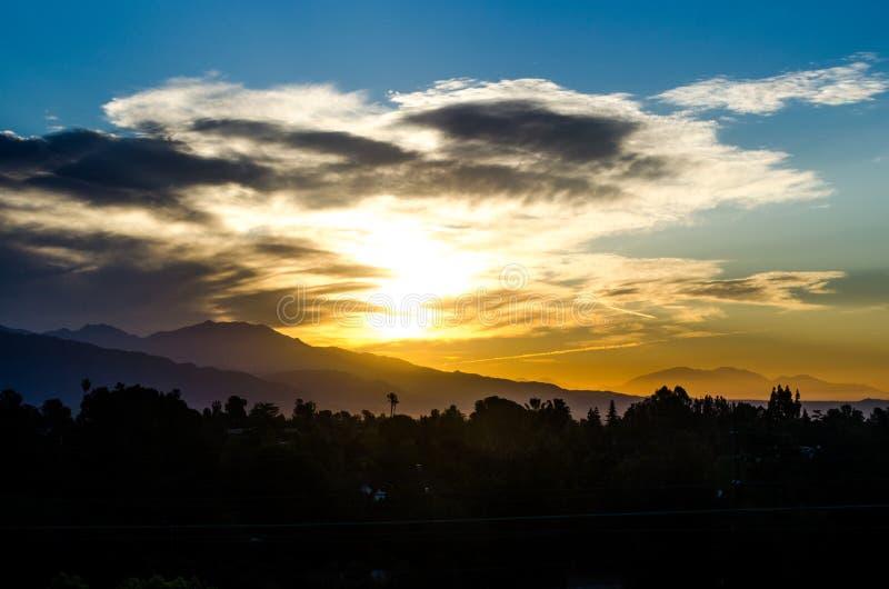 Lever de soleil magnifique sur la chaîne de montagne du sud de Pasadena image libre de droits