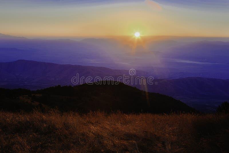 Lever de soleil majestueux dans les montagnes dans Krushevo images libres de droits