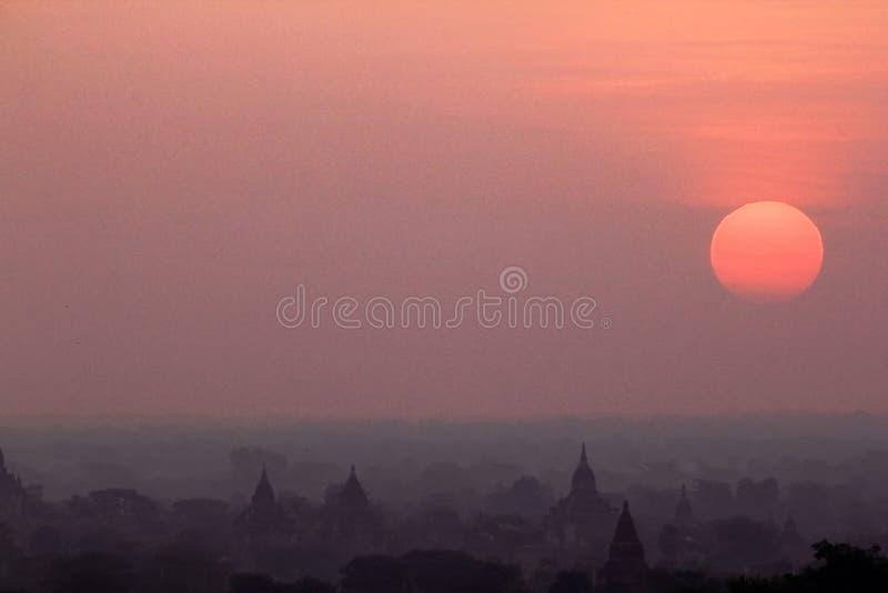 Lever de soleil de matin à la ville de Bagan, milliers de pagodas photos stock