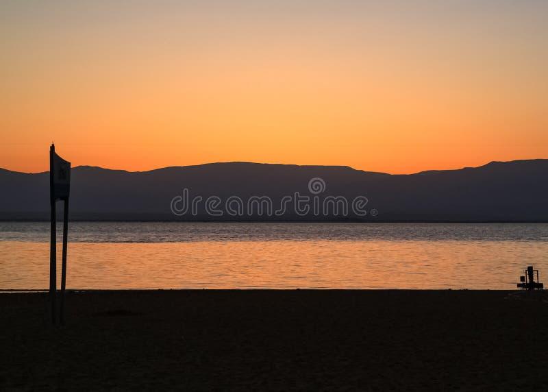 Lever de soleil de mer morte avec des montagnes de la Jordanie à l'arrière-plan photos libres de droits