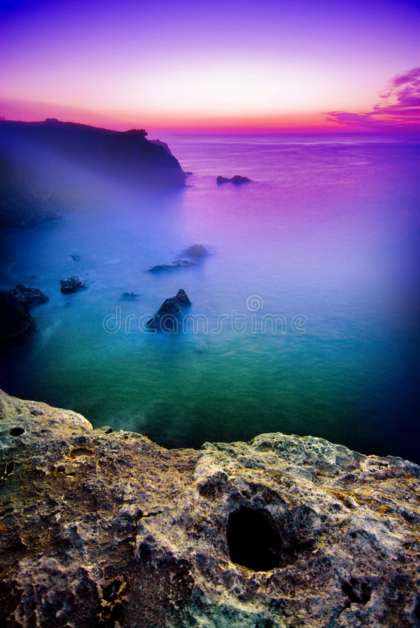 Lever de soleil mystérieux au-dessus de mer image stock