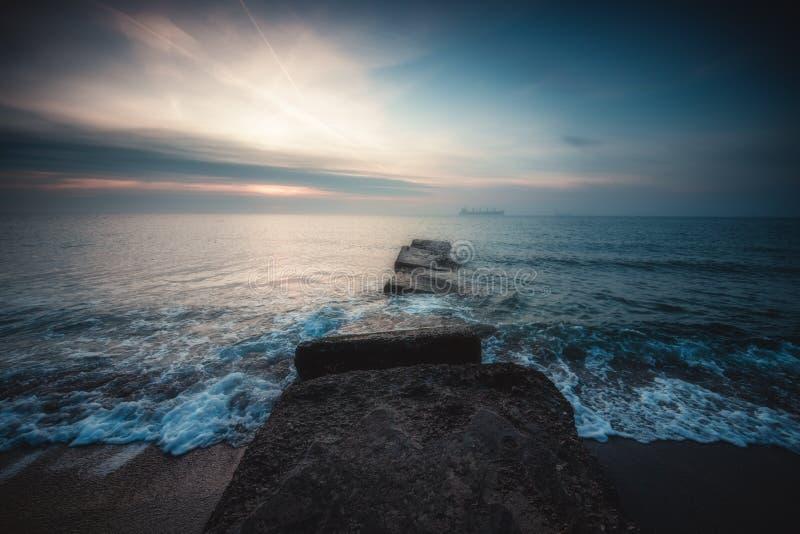 Lever de soleil mystique au-dessus de la mer photographie stock libre de droits