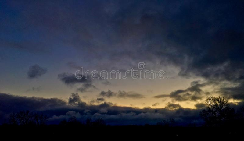 Lever de soleil nuageux images libres de droits