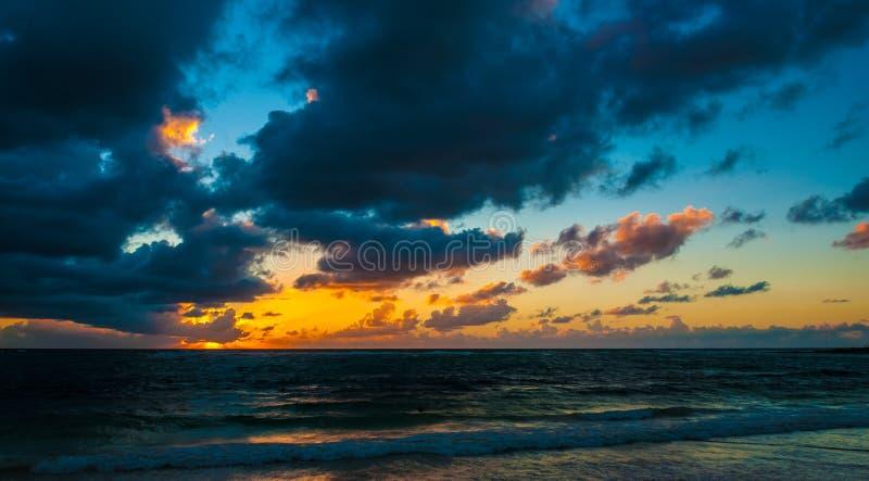 Lever de soleil nuageux au-dessus de mer des Caraïbes image stock