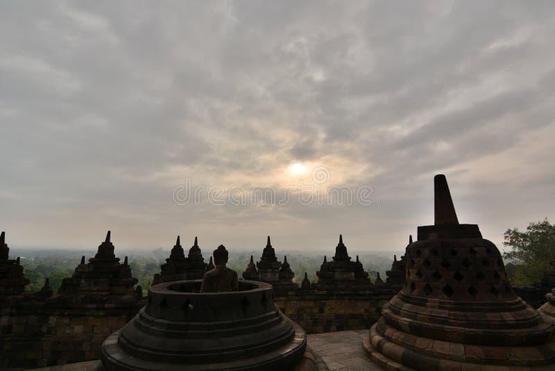 Lever de soleil nuageux dans le temple de Borobudur Magelang Java-Centrale l'indonésie photo stock