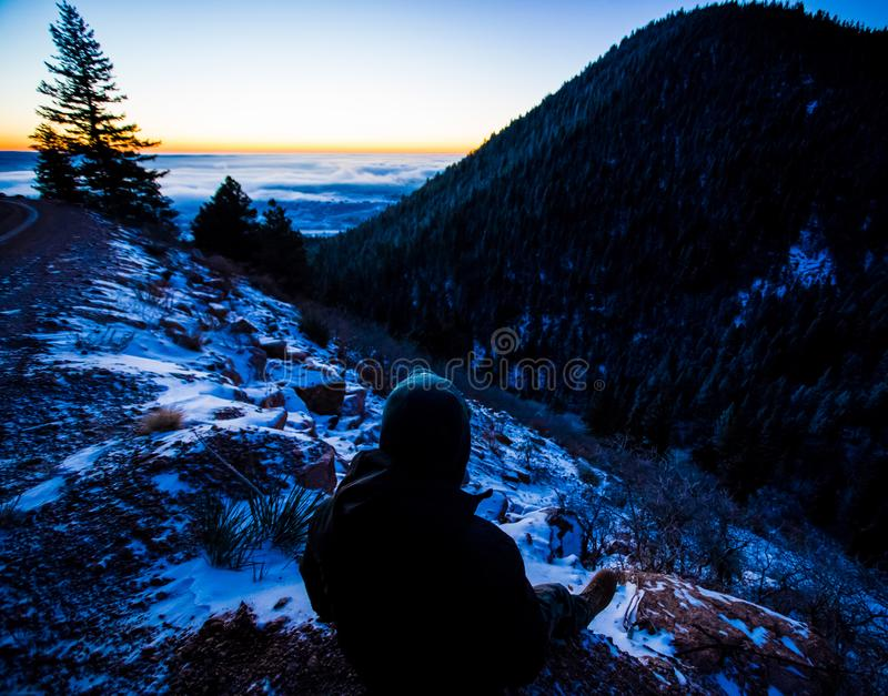 Lever de soleil de observation de personne en hiver photographie stock libre de droits