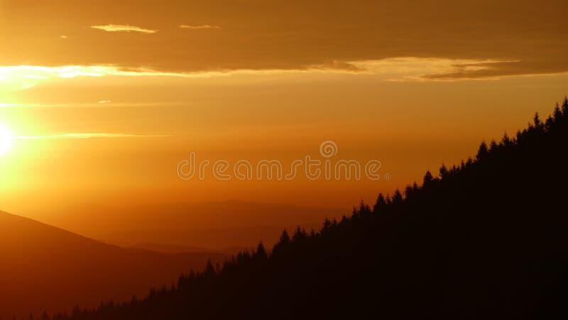 Lever de soleil orange Avant qu'il surgisse finalement, il brille brièvement dans l'orange image stock