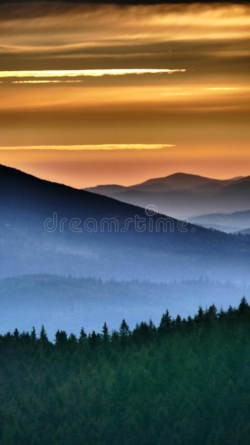 Lever de soleil orange Avant qu'il surgisse finalement, il brille brièvement dans l'orange photo libre de droits