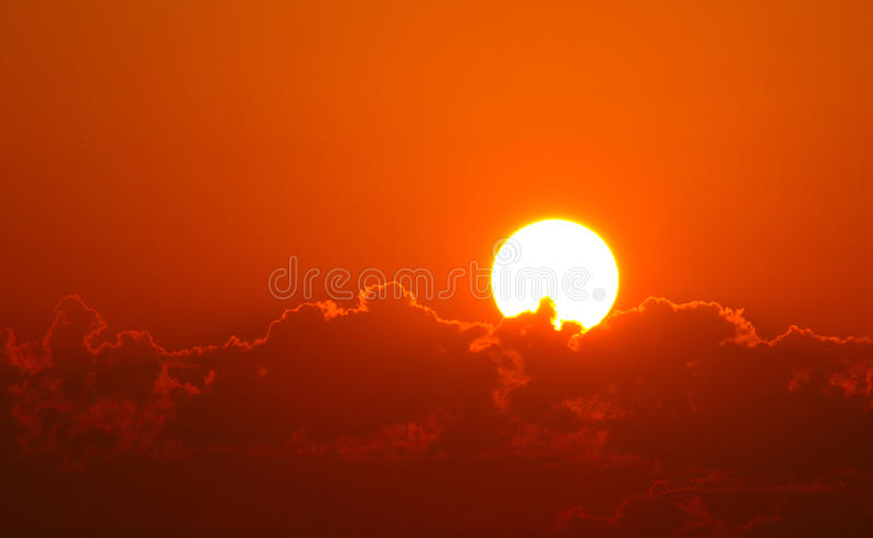 Lever de soleil orange brillant au-dessus des nuages photos stock