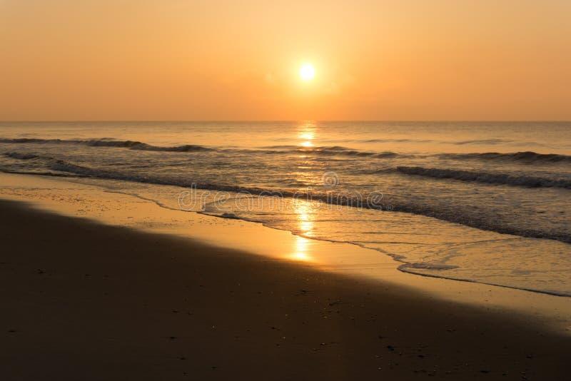 Lever de soleil orange vif au-dessus de l'océan photographie stock