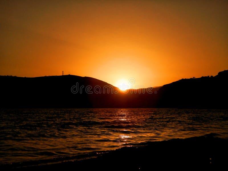 Lever de soleil ou coucher du soleil au-dessus de la mer images libres de droits