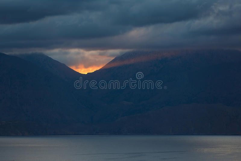 Lever de soleil par l'obscurité photos libres de droits