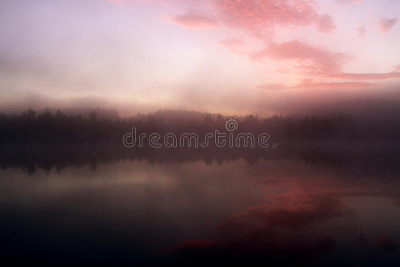 Lever de soleil par le lac images libres de droits