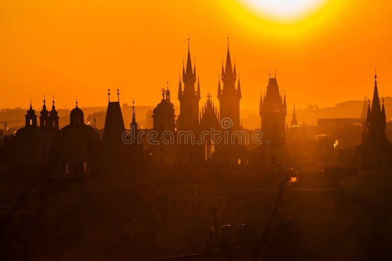 Lever de soleil de paysage urbain de matin, orange et jaune flou photographie stock libre de droits