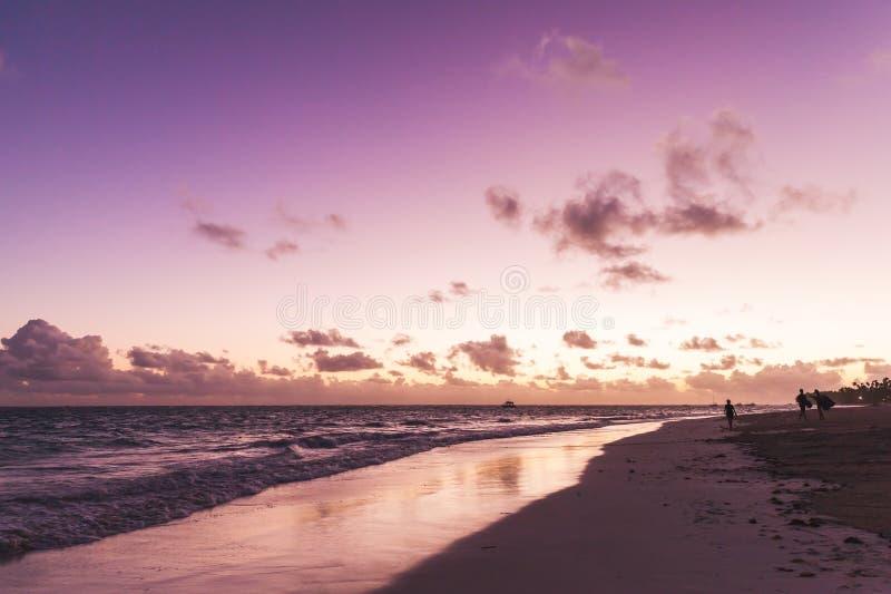Lever de soleil pourpre au-dessus de l'Océan Atlantique image libre de droits