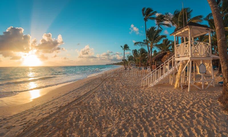 Lever de soleil de Punta Cana au-dessus de plage des Caraïbes avec le stati de maître nageur image libre de droits