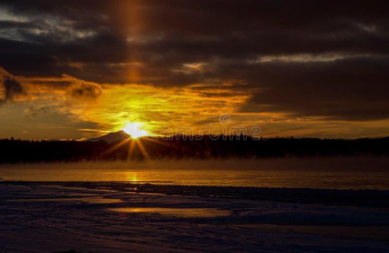 Lever de soleil de rayon de soleil au bord de l'eau, Burlington, Vermont images libres de droits