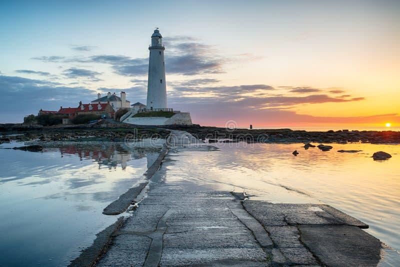 Lever de soleil renversant au-dessus de phare du ` s de St Mary photos libres de droits