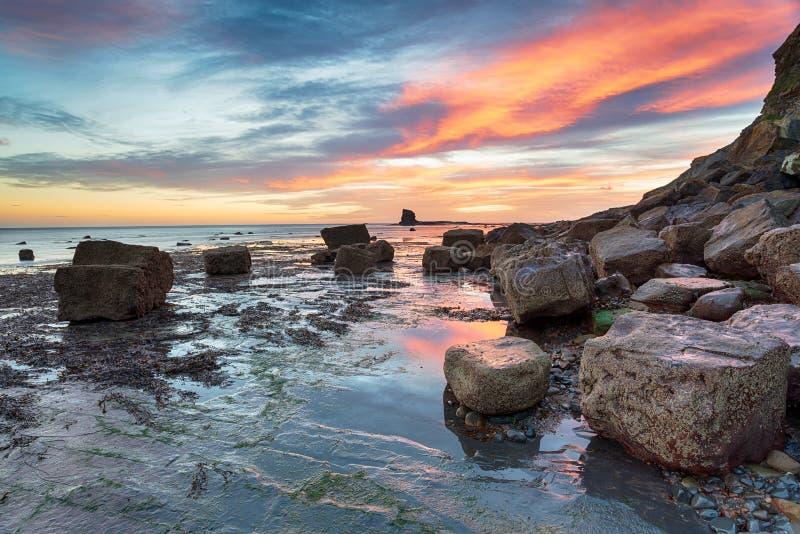Lever de soleil renversant sur la côte de Yorkshire photographie stock libre de droits