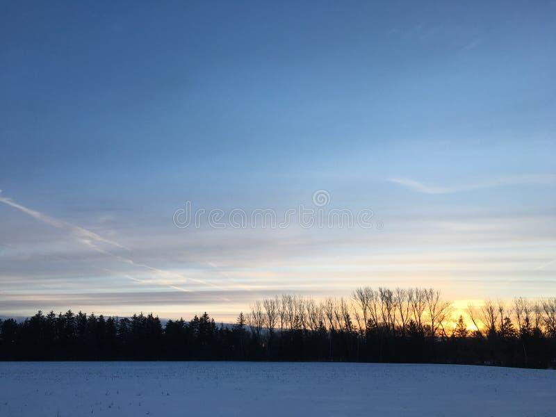 Lever de soleil de ressort au-dessus de champ d'agriculteurs photos stock