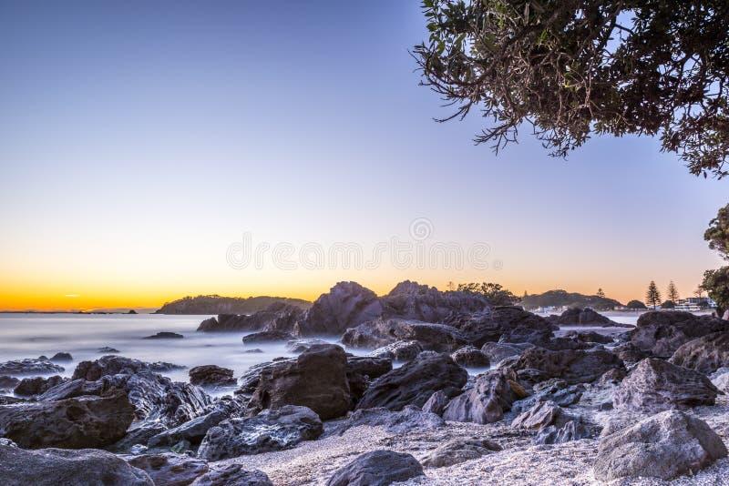 lever de soleil rocheux de plage image stock