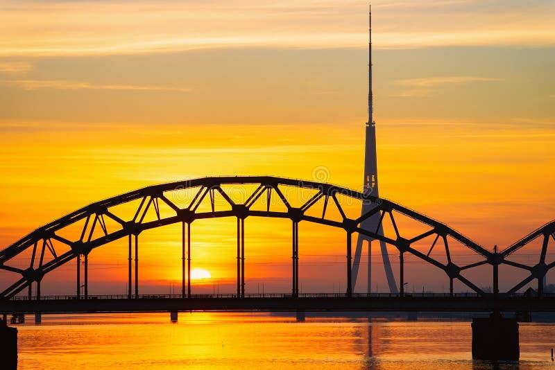 Lever de soleil romantique au pont de Vansu au-dessus de la rivière de dvina occidentale à Riga images libres de droits