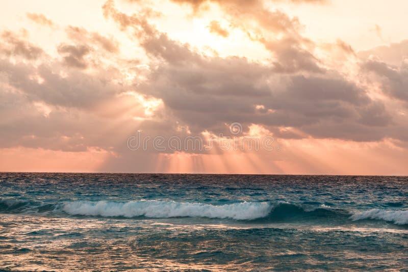 Lever de soleil rose au-dessus de mer à la plage tropicale, Mexique photographie stock