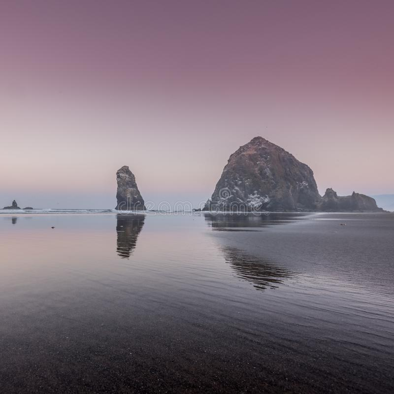 Lever de soleil rose au-dessus des roches de meule de foin image libre de droits