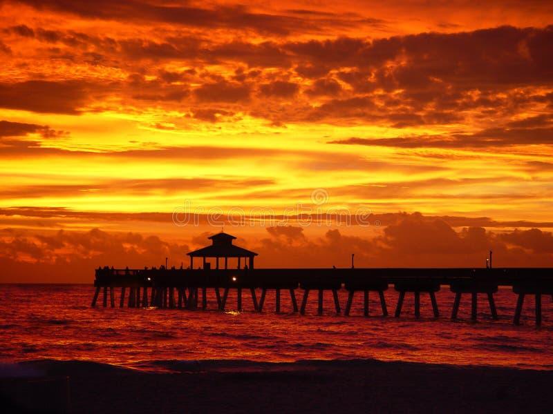 Lever de soleil rouge d'or avec le pilier images stock