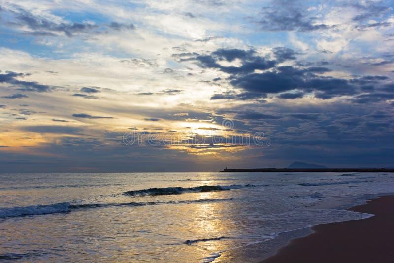 Lever de soleil scénique au-dessus de la mer Méditerranée en hiver photographie stock