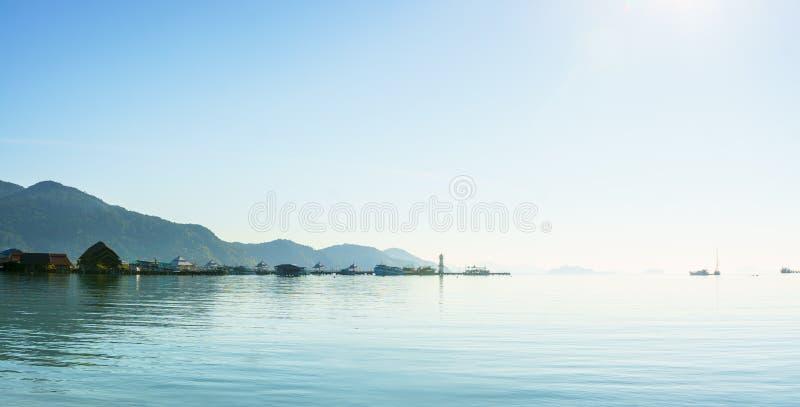 Lever de soleil scénique de vue de panorama du port avec la montagne photo libre de droits