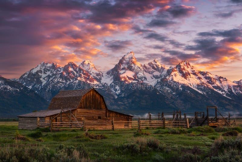 Lever de soleil scénique, grange rustique, chaîne de Teton photos stock