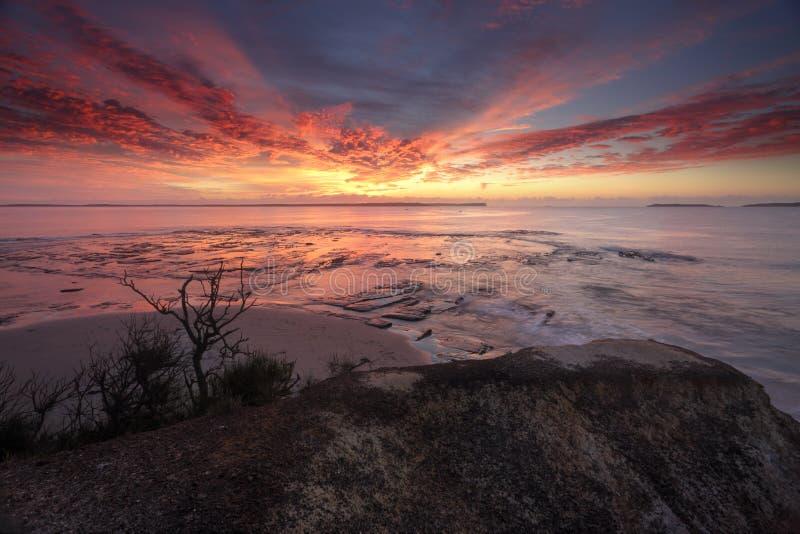 Lever de soleil spectaculaire au-dessus de point Vincentia de plantation photos stock