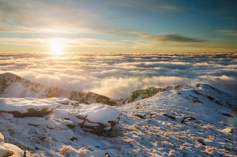 Lever de soleil spectaculaire en montagnes de Carpathiens photos libres de droits