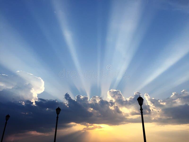 Lever de soleil stupéfiant au-dessus de la mer bleue large images libres de droits