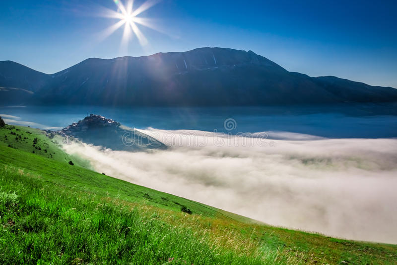 Lever de soleil stupéfiant dans le Castelluccio, Ombrie photographie stock