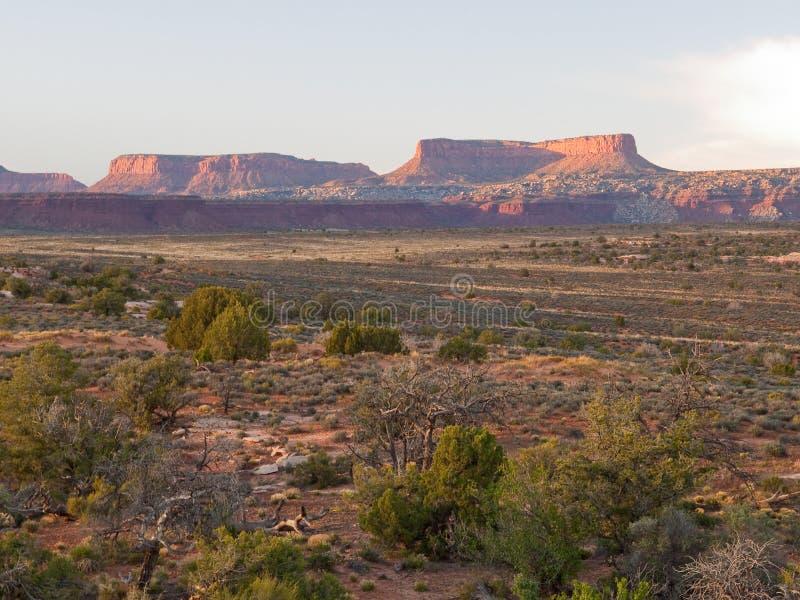 Lever de soleil sur des falaises de désert image stock