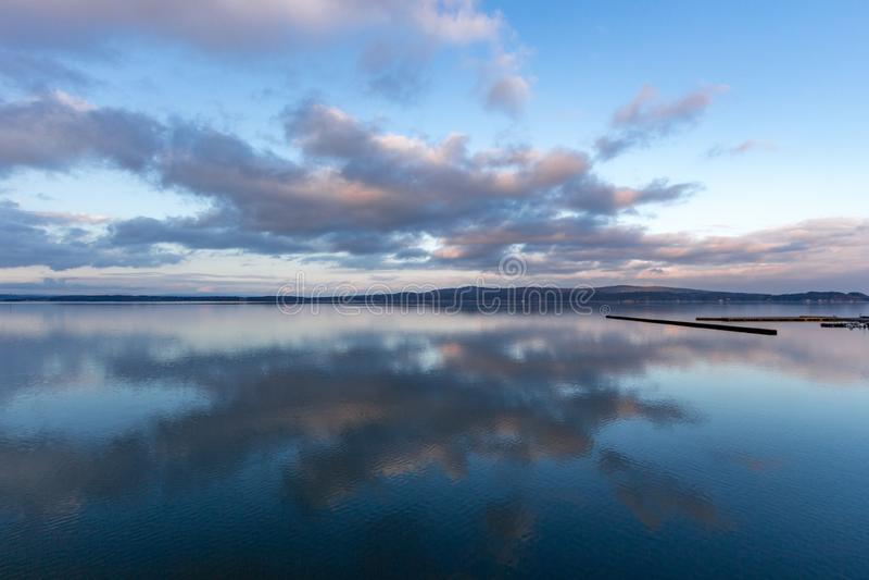 Lever de soleil sur des nuages et réflexion au-dessus de lac, Japon images libres de droits