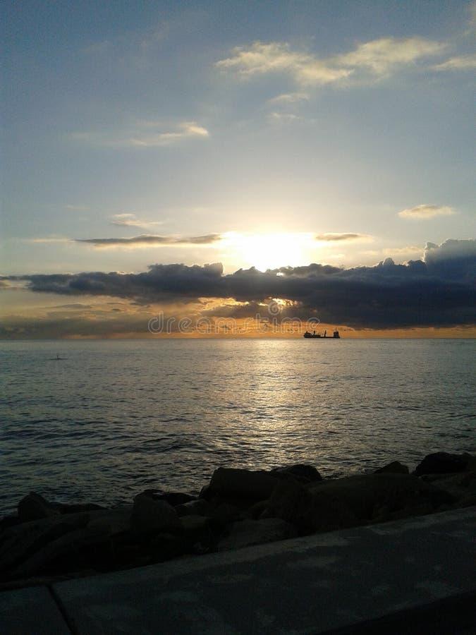 Lever de soleil sur l'île de la Chypre image stock