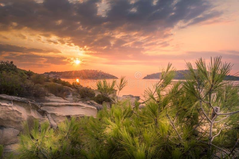 Lever de soleil sur la côte de l'île photo libre de droits