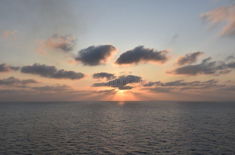 Lever de soleil sur la mer, près de Port Saïd, Egypte photographie stock