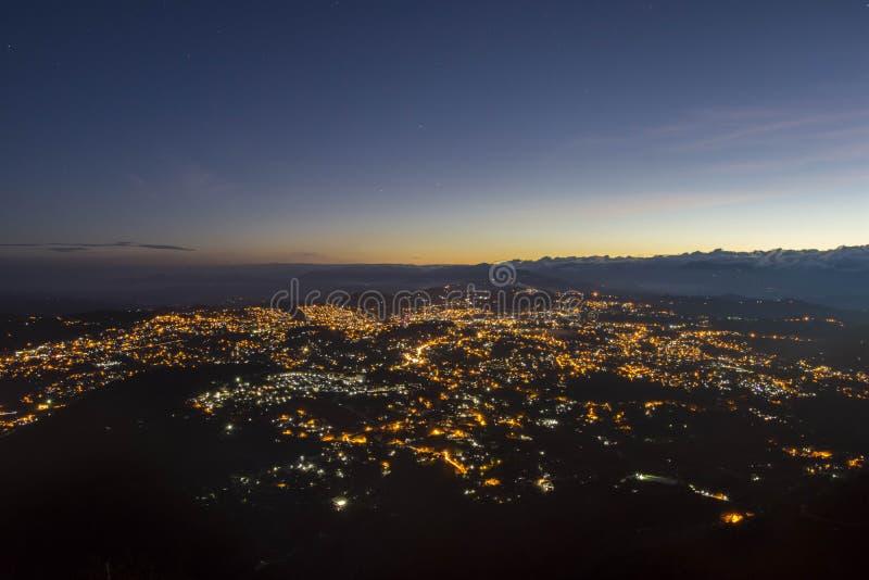 Lever de soleil sur la montagne de ville photographie stock libre de droits
