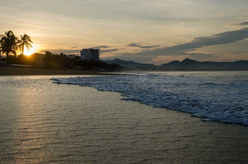 Lever de soleil sur la plage au Mexique Manzanillo photos stock