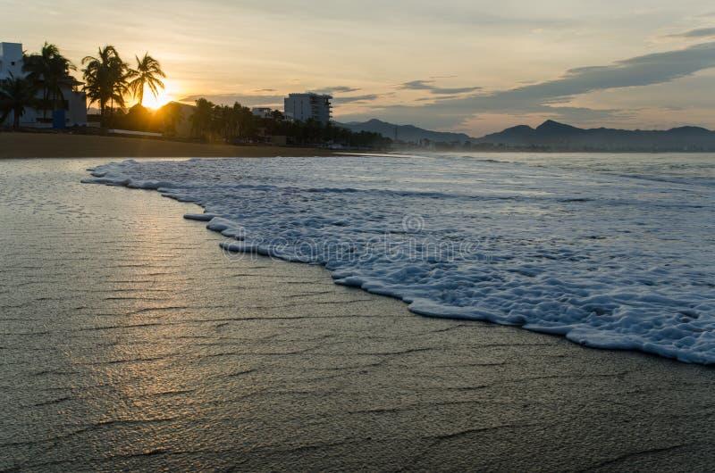 Lever de soleil sur la plage au Mexique Manzanillo image stock