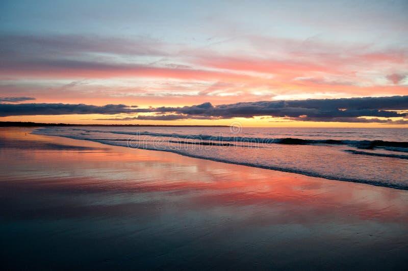 Lever de soleil sur la plage de l'île de Drake photos stock