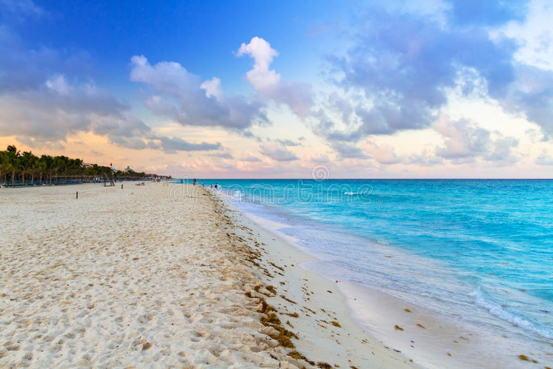Lever de soleil sur la plage du Mexique images libres de droits