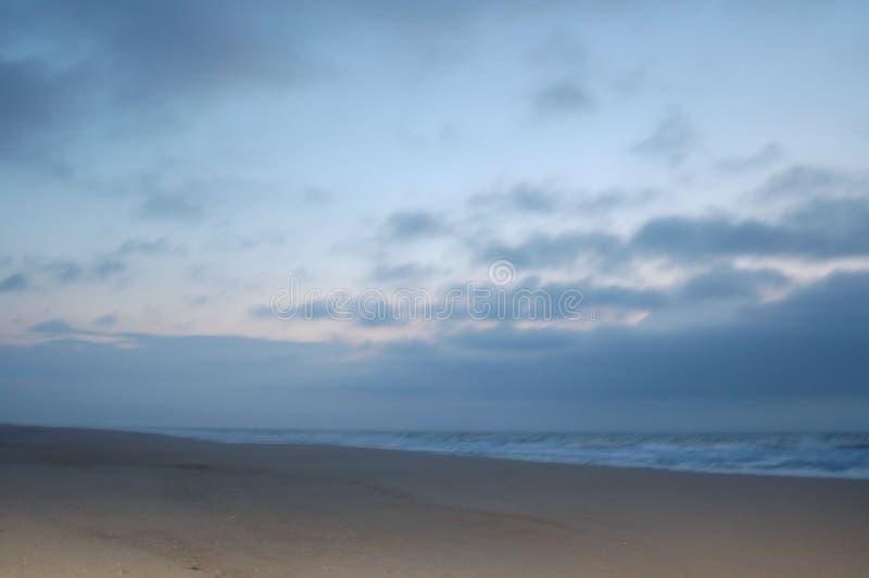Lever de soleil sur la plage en avril image libre de droits