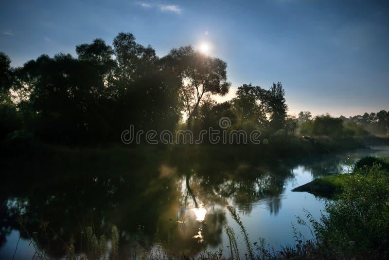 Lever de soleil sur la rivière image libre de droits